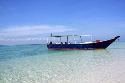 A wooden boat to go to Samalona island